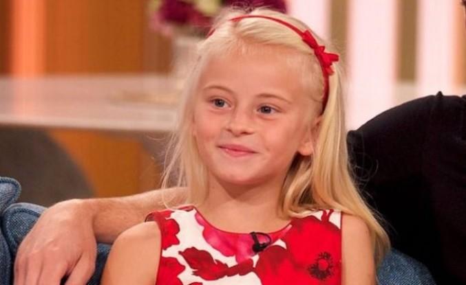 Hastalıktan dolayı iki ayağı kesilen İngiliz kız podyuma çıktı