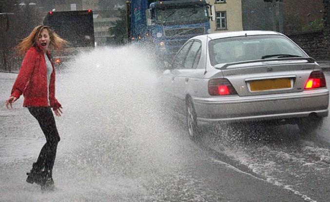 Yayalara su sıçratan araçlara £5000 ceza geliyor