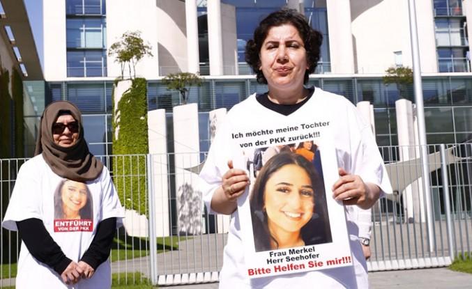 Almanya'da kızı PKK tarafından kaçırılan anne başbakanlık önünde eylem yaptı