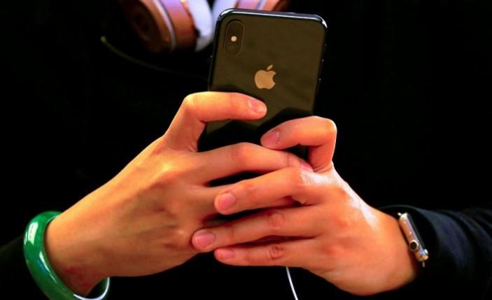 Uyuyan sevgilisinin parmak iziyle iPhone'a girince...